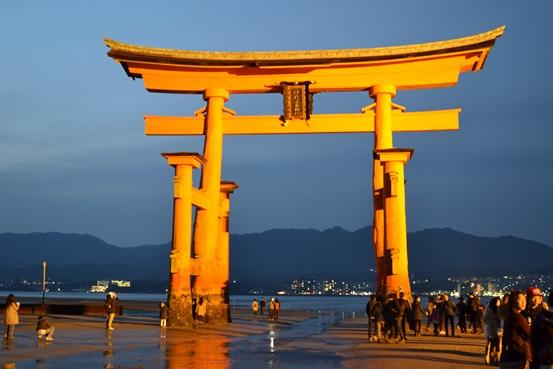 厳島神社のライトアップされた大鳥居