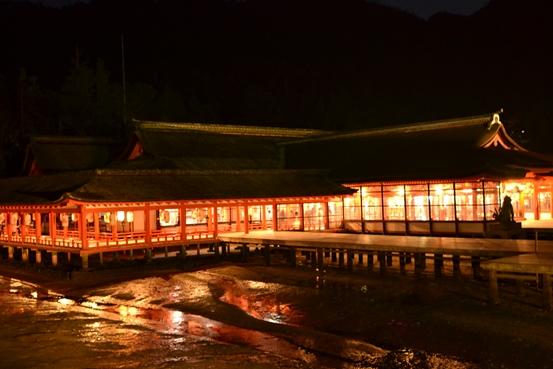 ライトアップされた厳島神社
